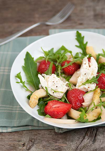 rezept mit bild f r warmer spargelsalat mit erdbeeren rucola und burrata. Black Bedroom Furniture Sets. Home Design Ideas