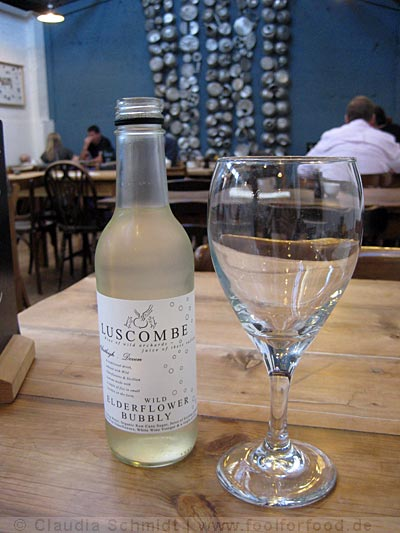 Elderflower Bubbly in der River Cottage Canteen in Axminster